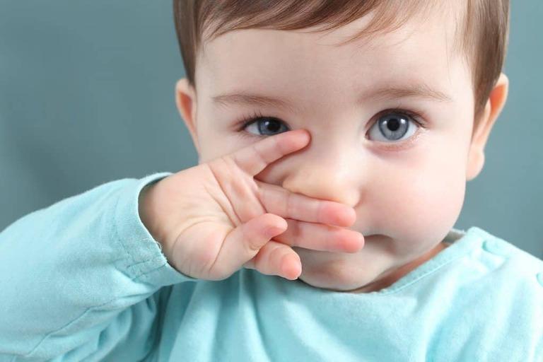 Ho khan ở trẻ nhỏ có thể đi kèm với sổ mũi và ngứa rát cổ họng