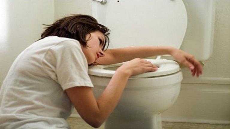Thường xuyên cảm thấy khô cổ, uống nhiều nước và đi tiểu nhiều là những biểu hiện chung của bệnh tiểu đường