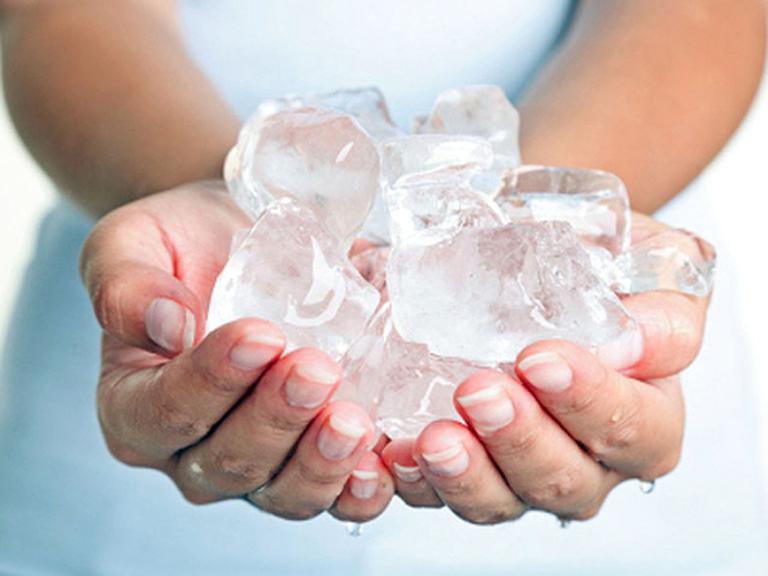 Chườm đá hỗ trợ giảm đau, chữa bệnh trĩ tại nhà