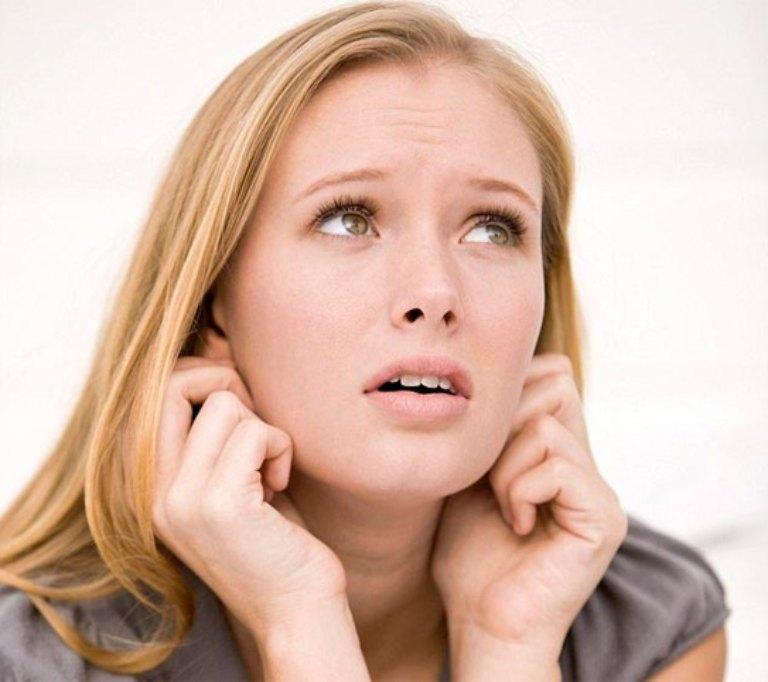 Gãi tai là một trong những mẹo cắt đứt cơn ho ngứa cổ họng thường được áp dụng