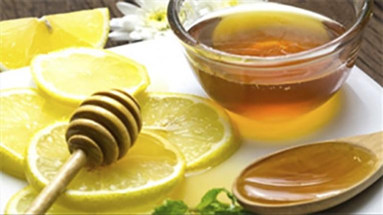 Sử dụng chanh kết hợp với mật ong giúp cải thiện chứng đau rát cổ họng tốt nhất