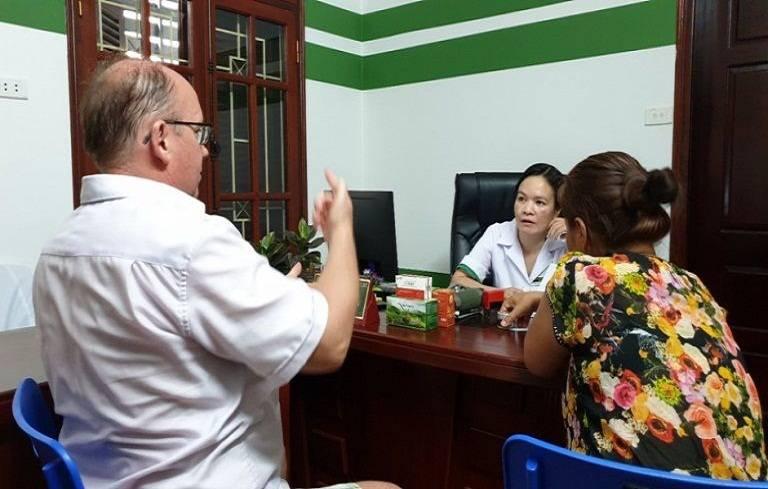 Bác sĩ Nguyễn Lệ Quyên khám tư vấn cho bệnh nhân Peuker Steffen