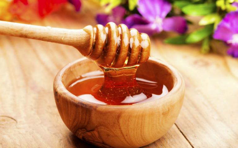 Người bị đau dạ dày nên uống mật ong để kháng khuẩn, giảm viêm loét,...