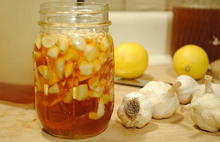 Kết hợp mật ong với tỏi để điều trị viêm loét dạ dày.