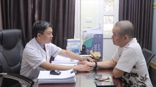 Bác sĩ, lương y Đỗ Minh Tuấn thăm khám bệnh thoái hóa đốt sổng cổ NS Xuân Hinh