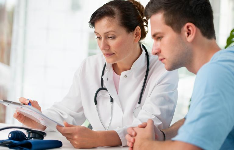 Khi nghi ngờ bản thân mắc bệnh nên đi khám ngay để có biện pháp điều trị kịp thời