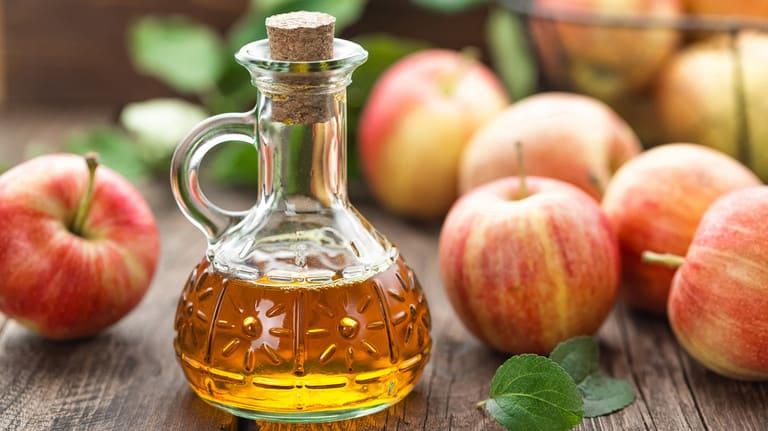 Giấm táo giúp tóc loại bỏ các hóa chất dùng để tạo kiểu tóc