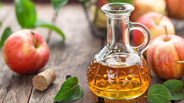 Giấm táo chứa hàm lượng axit tự nhiên cao có thể làm rụng và bào mòn các nốt sùi mào gà