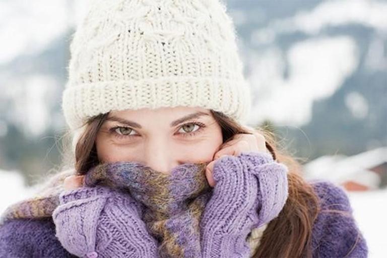 Khi trời lạnh nên giữ ấm cổ giúp hỗ trợ điều trị và phòng tránh ho có đờm rất hiệu quả