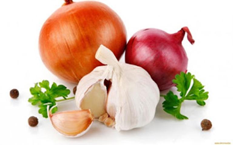Thường xuyên sử dụng các loại gia vị nặng mùi hành, tỏi sẽ khiến khí hư có mùi hôi khó chịu