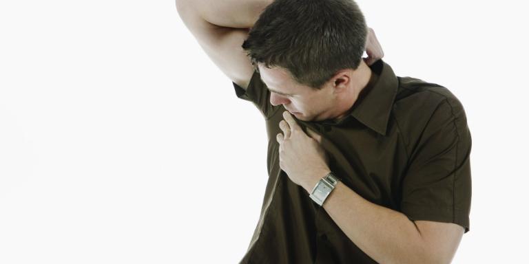 Nguyên nhân gây ra hôi nách là do vi khuẩn phân hủy một số chất có trong mồ hôi, dẫn đến tình trạng hôi nách.