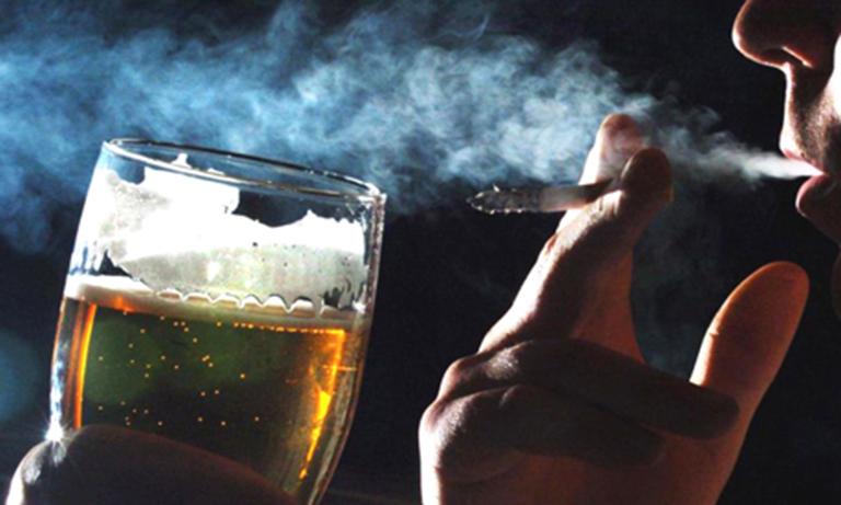 Hút thuốc, uống rượu thường xuyên là yếu tố làm gia tăng nguy cơ mắc lao thanh quản