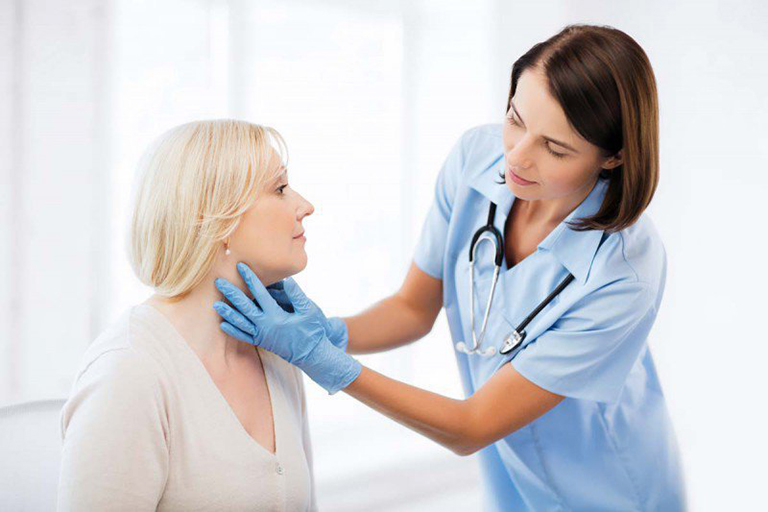 Khi bị polyp thanh quản người bệnh nên đến gặp bác sĩ chuyên khoa để có hướng điều trị phù hợp