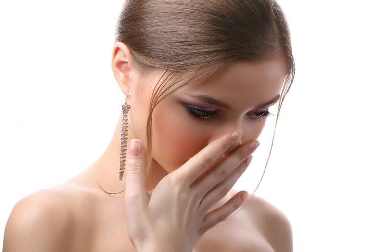 Khí hư màu nâu đỏ và có mùi hôi thường là dấu hiệu của bệnh phụ khoa