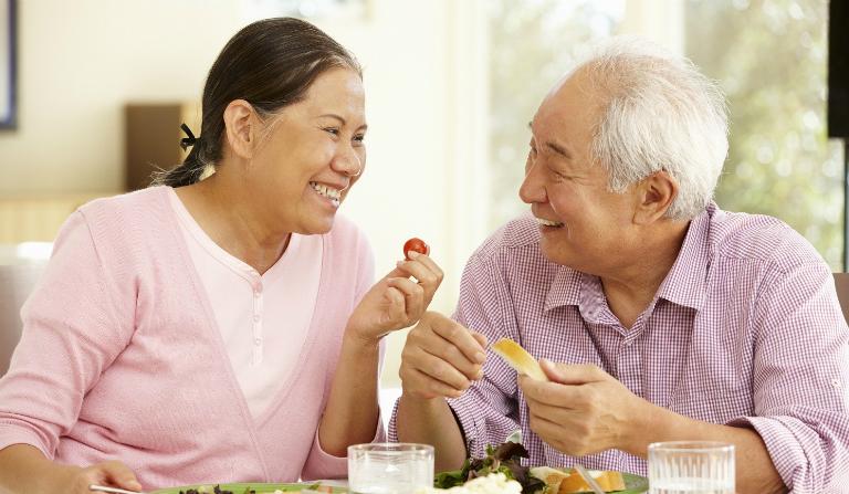 Để bệnh viêm loét dạ dày mau chóng thuyên giảm, người bệnh cần ăn uống đúng giờ, tránh dùng bia rượu, thuốc lá và luôn giữ tinh thần lạc quan.