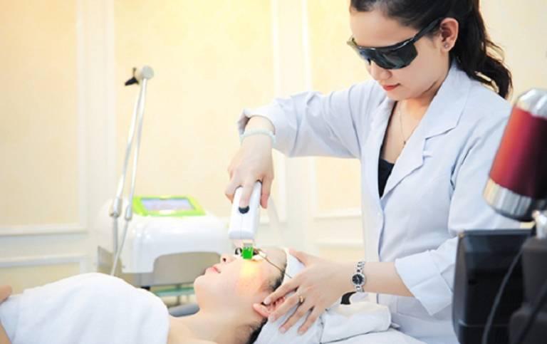 Mụn cóc ở mặt có thể được điều trị bằng tia laser