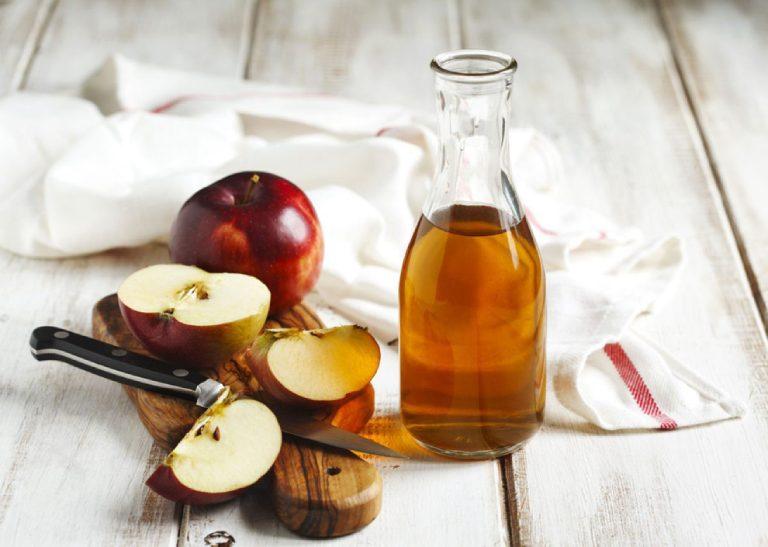 Chữa mụn cóc ở tay bằng giấm táo cũng là một trong những phương pháp được nhiều người áp dụng