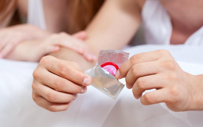 Phòng tránh giang mai bằng cách dùng bao cao su khi quan hệ, quan hệ tình dục an toàn, thận trọng khi quan hiện bằng miệng,...