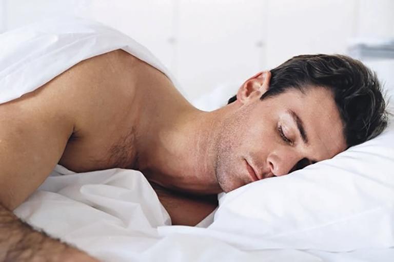 Ngủ đủ giấc giúp cơ thể đưa máu tới dương vật, cung cấp năng lượng giúp phục hồi dương vật