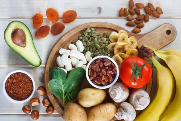 Cà chua, khế, các loại hoa quả khô cũng nằm trong danh sách không nên sử dụng của người bệnh suy thận