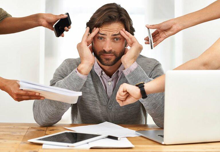 Tâm lý quá căng thẳng và môi trường làm việc áp lực là một trong những nguyên nhân phổ biến gây tình trạng xuất tinh sớm