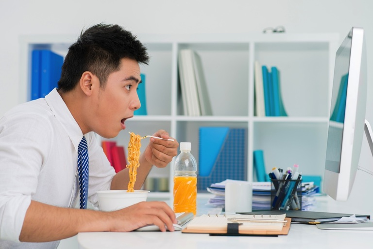 Ăn uống thiếu chất và hay bỏ bữa là một trong những nguyên nhân gây suy giảm huyết áp