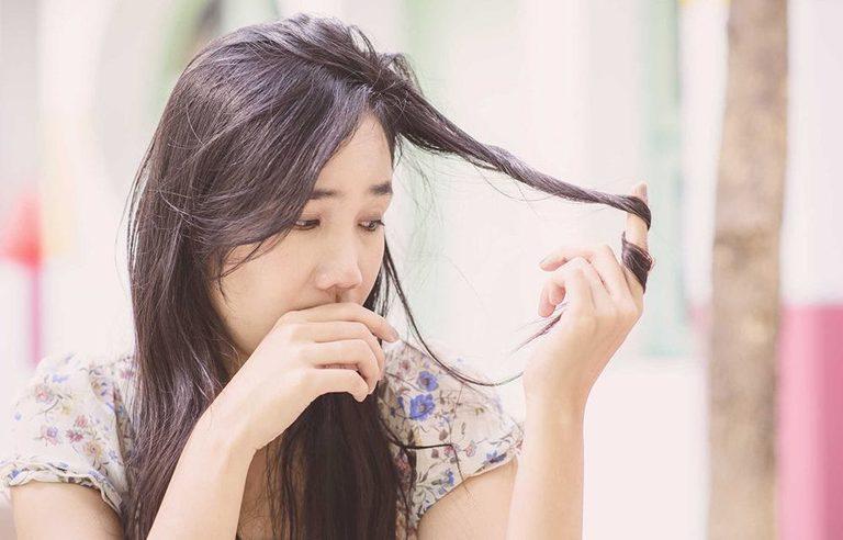 Nếu tóc rụng hơn 100 sợi một ngày (kể cả vào mùa rụng tóc) thì đó là dấu hiệu của bệnh lý