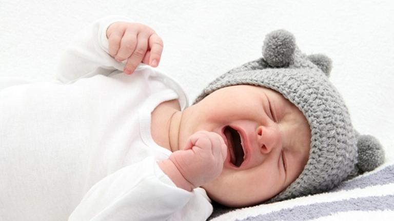Trẻ sơ sinh ngủ không sâu giấc hay vặn mình kèm theo quấy khóc rất có khả năng trẻ bị thiếu canxi
