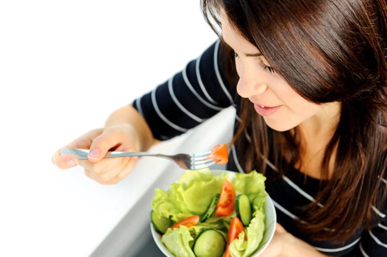 Khi bị hôi nách bạn nên bổ sung vào vào chế độ ăn uống nhiều loại rau xanh và hoa quả tươi