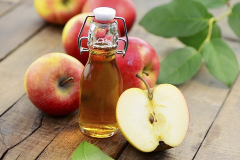 Rượu giấm táo giúp loại bỏ các loại vi khuẩn tích tụ ở thành họng, giảm đau rát thành họng