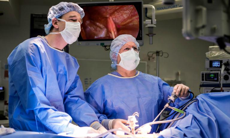 Ngày nay, bạn có thể chọn cắt ruột thừa viêm bằng phẫu thuật nội soi với ưu điểm là đường mổ ngắn, mau lành vết mổ,...