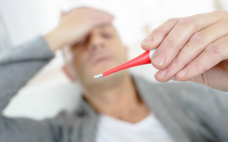Sau khi mổ, nếu thấy có các triệu chứng như sốt cao, vết mổ chảy máu, sưng đỏ,... bạn nên đến gặp bác sĩ để khai báo.