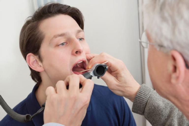 Khi bị lao thanh quản người bệnh nên đến gặp bác sĩ để chẩn đoán chính xác và phác đồ điều trị phù hợp