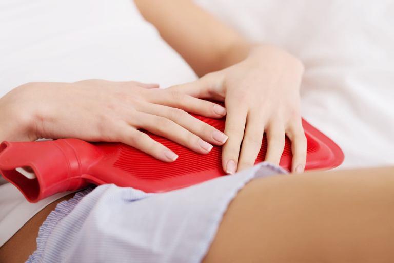 Chườm nóng sẽ giúp chị em giảm đau hiệu quả