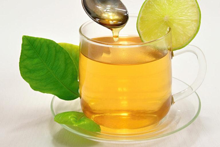 Các bậc phụ huynh có thể sử dụng chanh và mật ong để chữa ho khan ở trẻ
