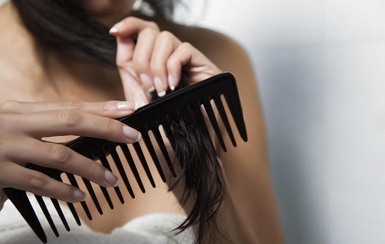tóc bị rụng nhiều khi gội đầu