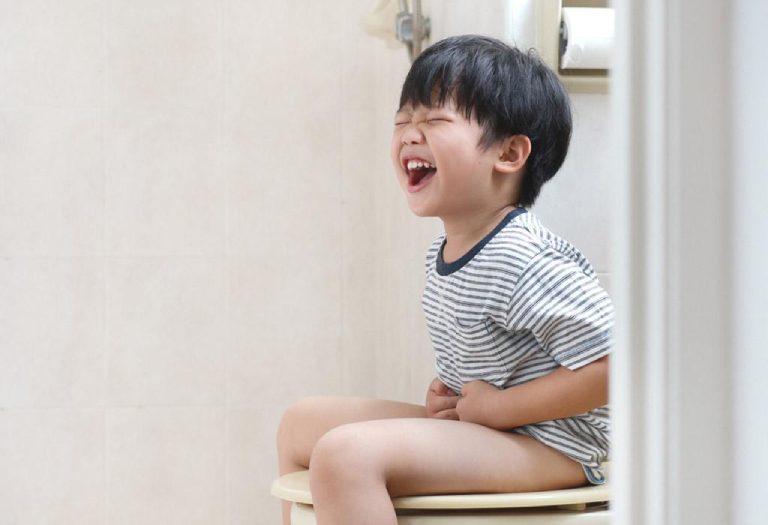 Có thể nhận biết trẻ mắc bệnh lý khi tiểu rắt xuất hiện kèm theo cảm giác đau buốt và nhiều triệu chứng khác