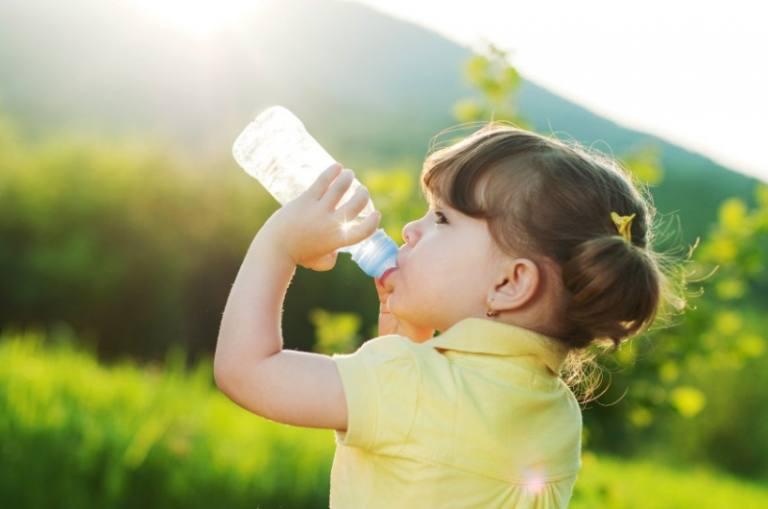 Trẻ bị tiểu rắt nên uống đủ nước mỗi ngày