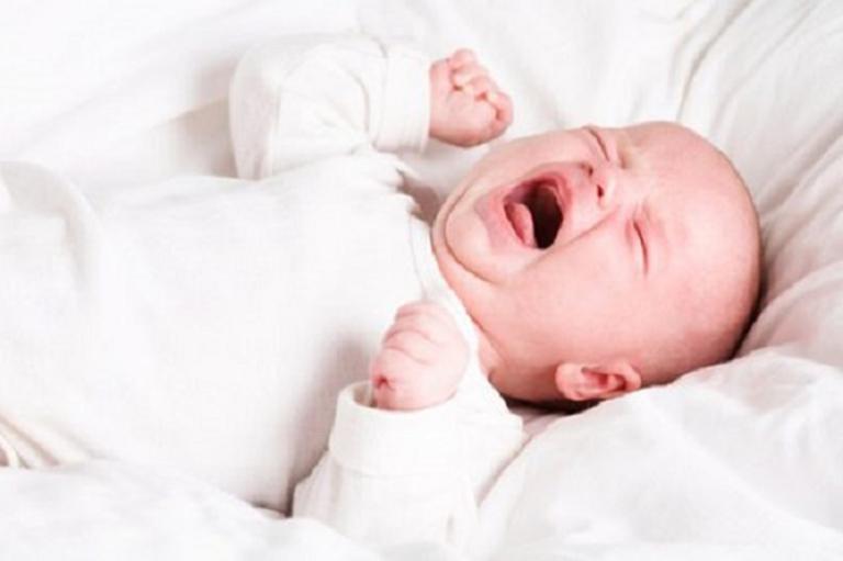 Trẻ sơ sinh ngủ không sâu giấc hay vặn mình và những điều mẹ cần biết
