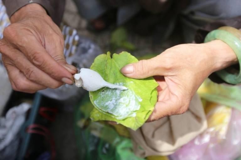 Vôi ăn trầu có thể được sử dụng để điều trị mụn cóc