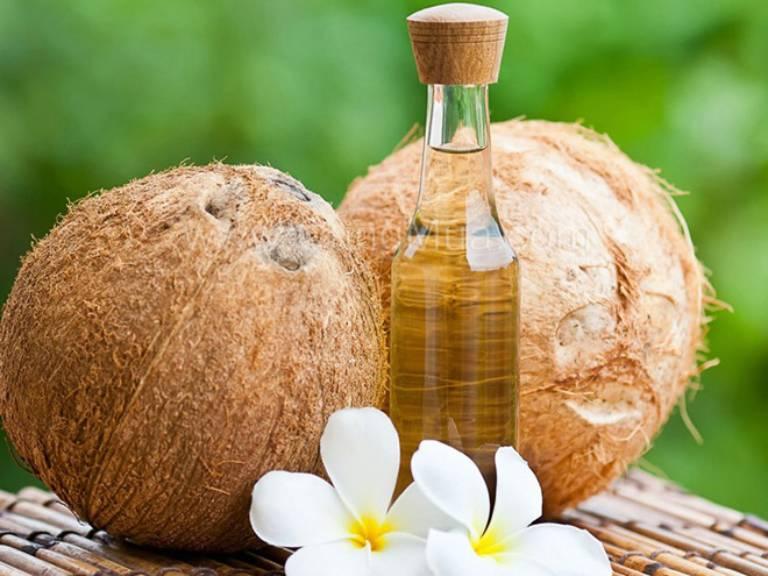 Một trong những phương pháp được nhiều người lựa chọn hiện nay là trị rạn da bằng dầu dừa