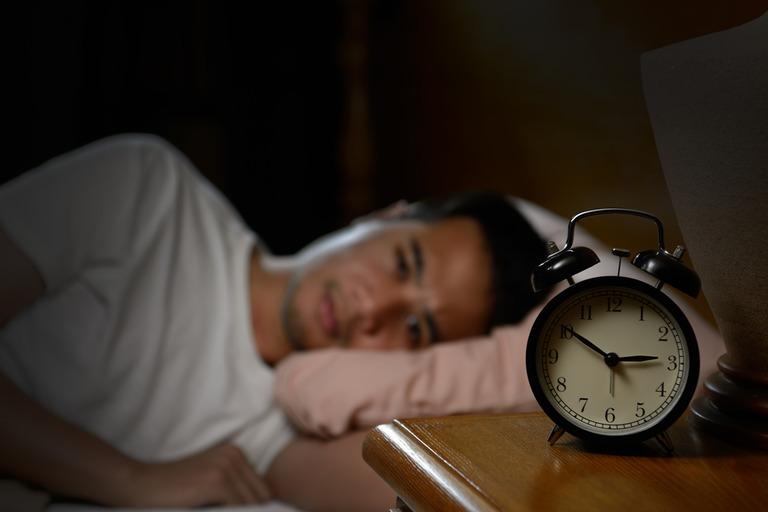 Người bị thận yếu thường xuyên mất ngủ hoặc ngủ dễ gặp ác mộng