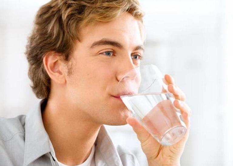 Bổ sung nhiều nước cho cơ thể giúp hỗ trợ điều trị bệnh thận yếu rất tốt
