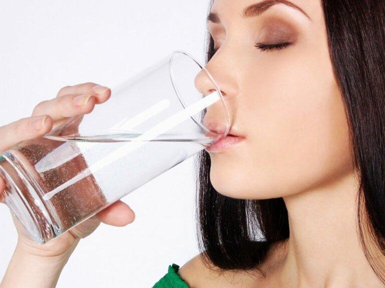 Uống nhiều nước ngoài giúp thanh lọc cơ thể còn giúp bạn tránh được thói quen ăn vặt