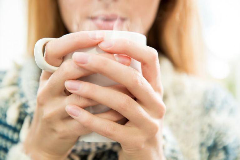 Nước ấm có tác dụng long đờm, giảm đau rát cổ họng