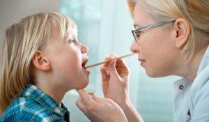 Viêm thanh quản ở trẻ là tình trạng dây thanh quản của trẻ nhỏ bị viêm sưng, gây khàn tiếng, đau rát.