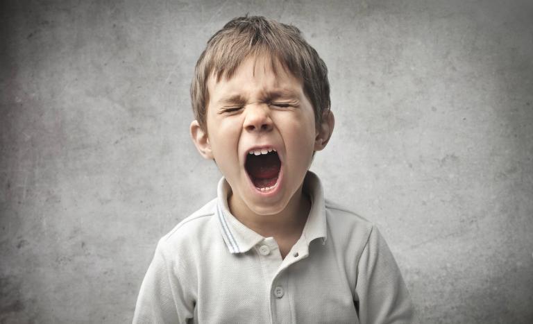 Trẻ la hét lớn tiếng là một trong những nguyên nhân gây viêm thanh quản.