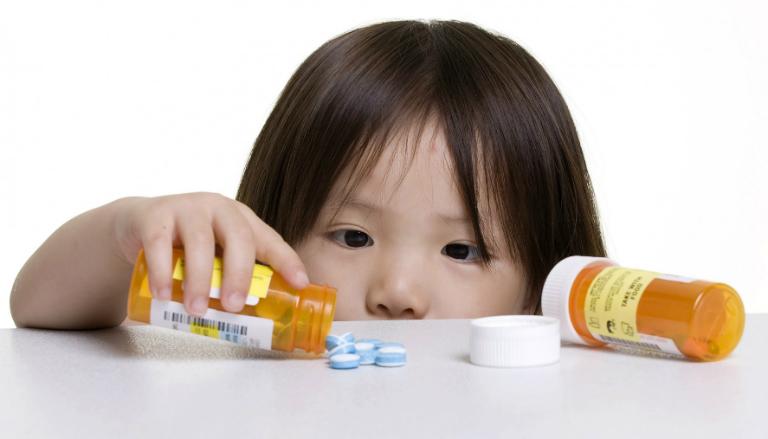 Điều trị viêm thanh quản ở trẻ nhỏ bằng cách cho trẻ uống một số loại thuốc kháng sinh, thuốc kháng viêm, thuốc hạ sốt, thuốc giảm đau,...