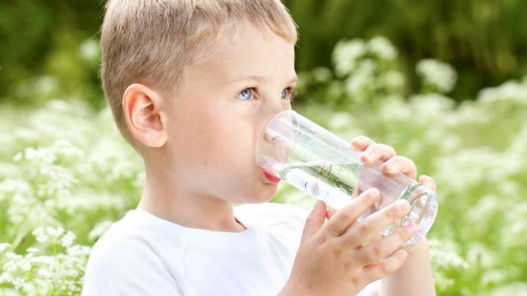 Phòng ngừa viêm thanh quản ở trẻ bằng cách cho trẻ uống nước ấm, tránh cho trẻ tiếp xúc với khói bụi, không cho trẻ la hét lớn tiếng,...