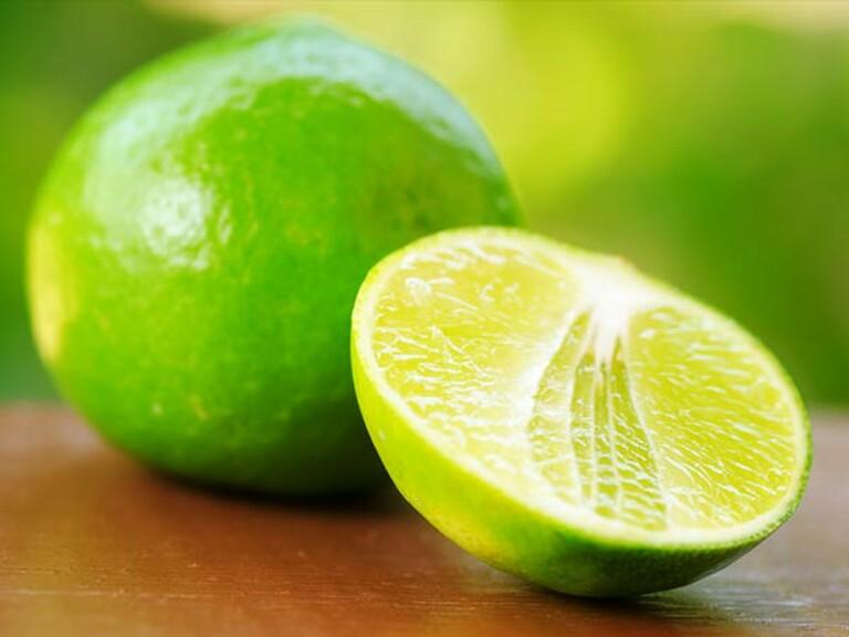 Trong 100g dịch chanh tươi chứa khoảng 65mg vitamin C, vitamin B1 và riboflavin